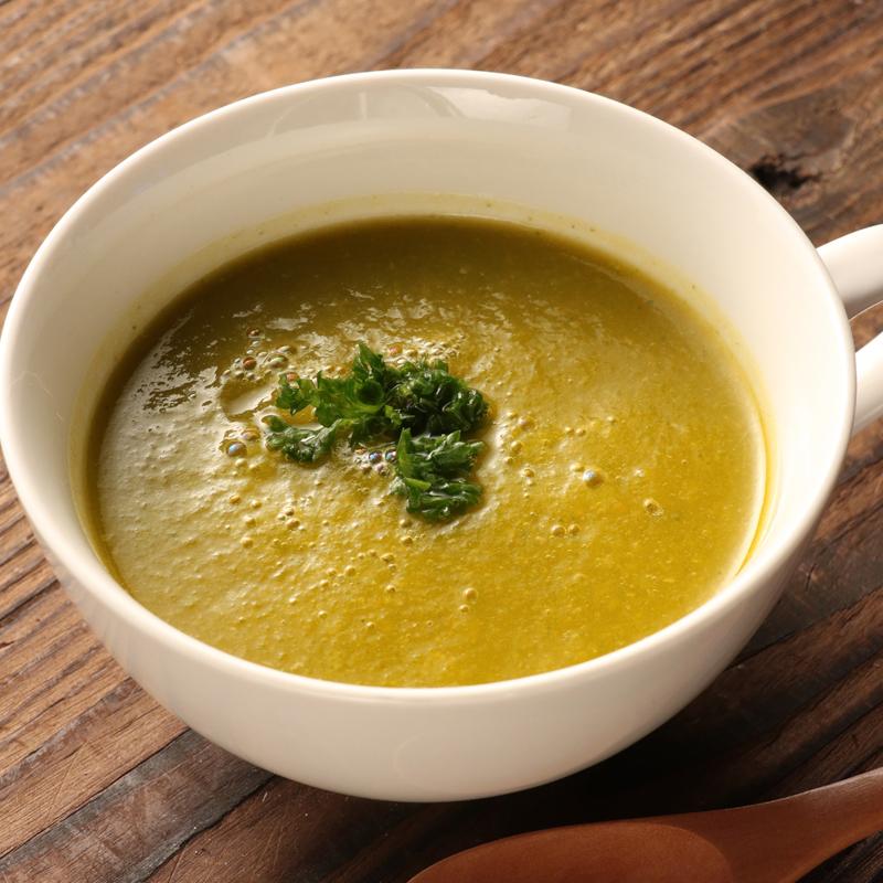 野菜のポタージュスープが器に入っている
