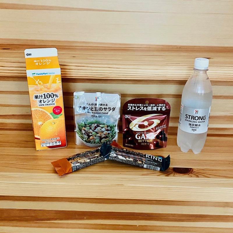 ファミリーマートの果汁100%オレンジジュース1Lとセブンイレブンのチキンと豆のサラダと強炭酸水500mlとBE-KIND(ビーカインド)ナッツバー ダークチョコレート アーモンド&シーソルト、メープル ペカンナッツ&シーソルトとグリコのメンタルバランスチョコレートGABA<ビター>スタンドパウチ