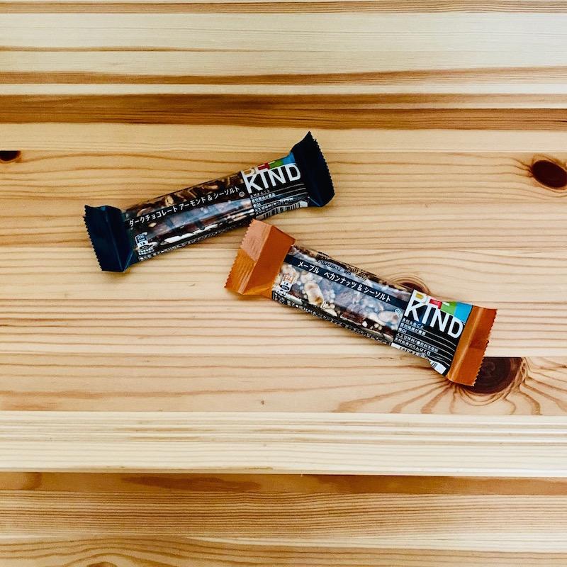 マースジャパンのBE-KIND(ビーカインド)ナッツバー ダークチョコレート アーモンド&シーソルト、メープル ペカンナッツ&シーソルト