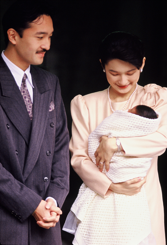 秋篠宮さまと、紀子さまが産まれたばかりの眞子さまを抱いている