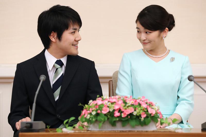 ご婚約内定記者会見での眞子さまと小室圭さん