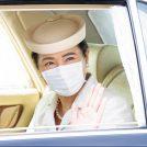 車内で笑顔の雅子さま