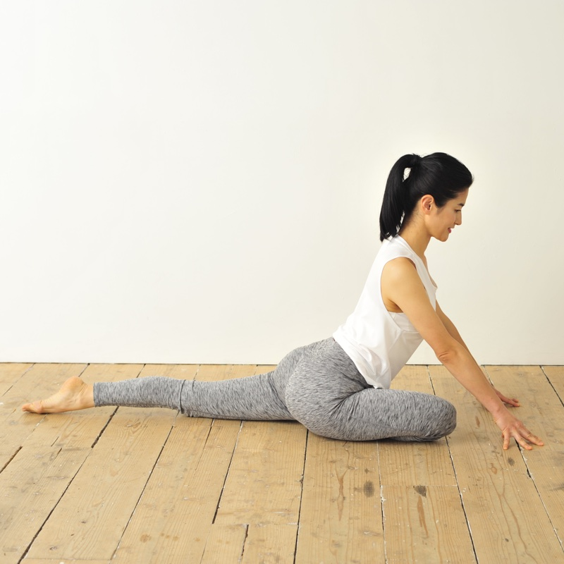 正座をして床に手をついた姿勢から、左脚を後ろに伸ばす
