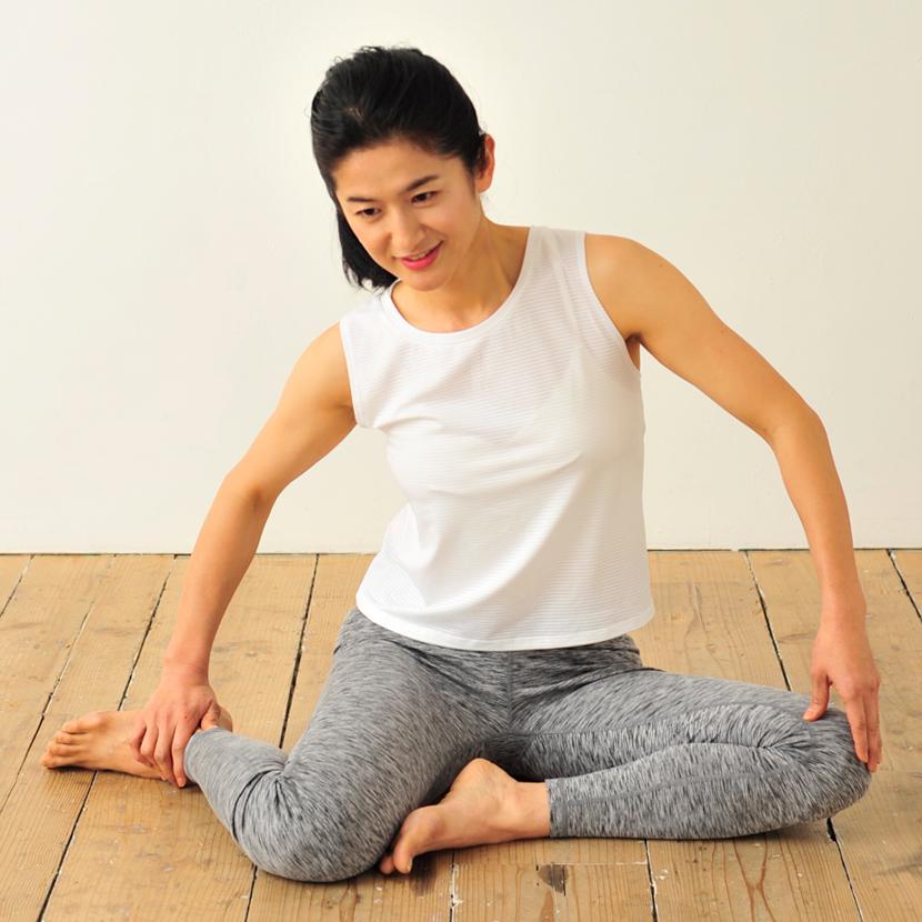【NG!】背中を丸めたり姿勢を崩さない 写真/『1分おしり筋を伸ばすだけで劇的ペタ腹!』(学研プラス)より