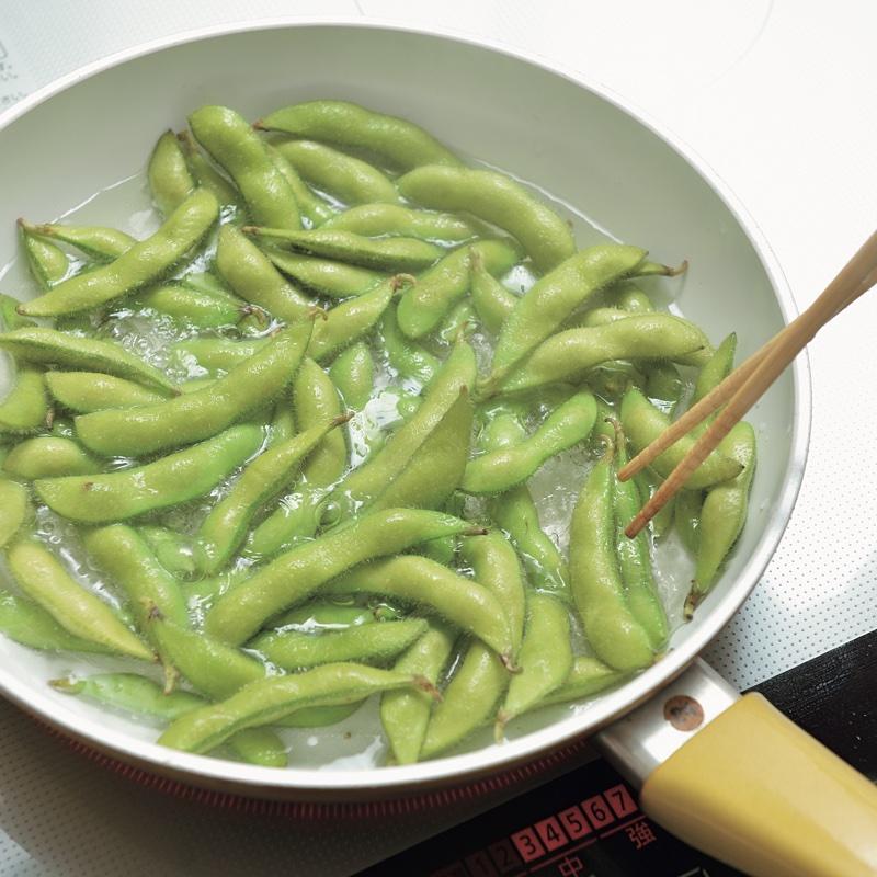 枝豆を茹でている
