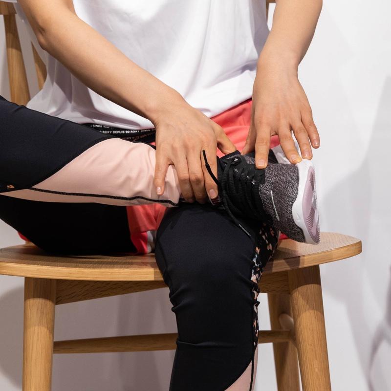 足首を触る女性