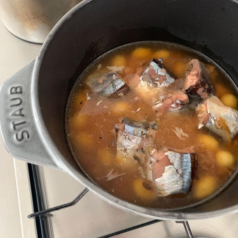 さんまと春菊の炊き込みご飯を作っているところ