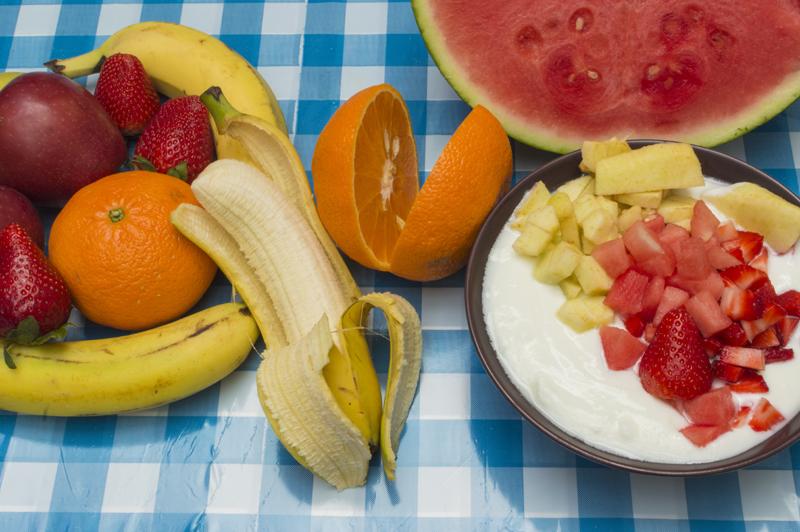 バナナやオレンジ、スイカなどのフルーツがテーブルにならんでいる