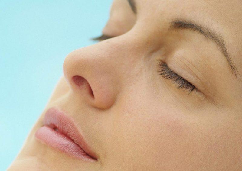 鼻筋の通った女性の横顔