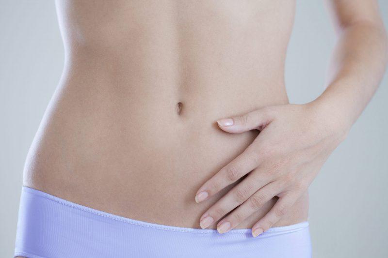 脂肪の少ない女性の腹部