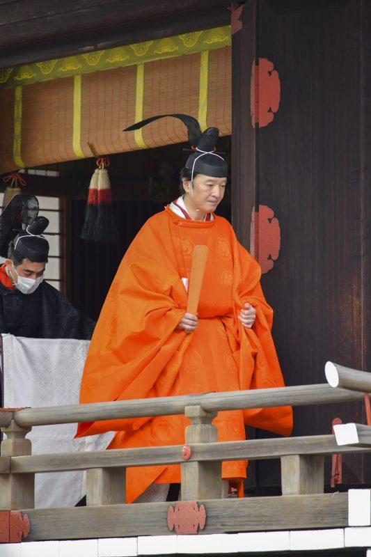 「黄丹袍(おうにのほう)」と呼ばれる束帯を身にまとわれた秋篠宮さま
