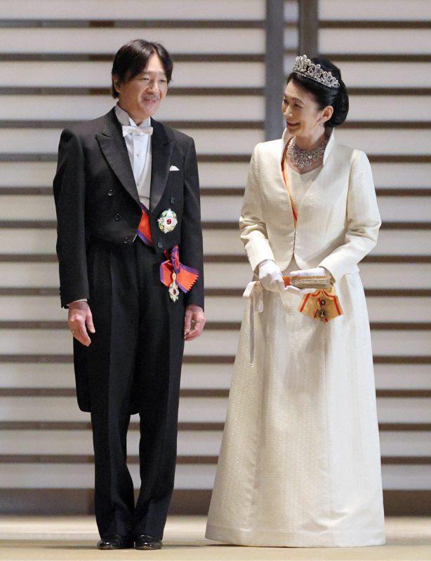 立皇嗣の礼での勲章にえんび服姿の秋篠宮さまとティアラにローブデコルテ姿の紀子さま