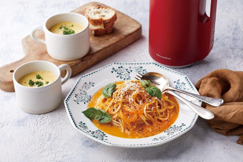 レコルトの『ソイ&スープブレンダー』の赤の周りにスープとパスタなどが置かれている