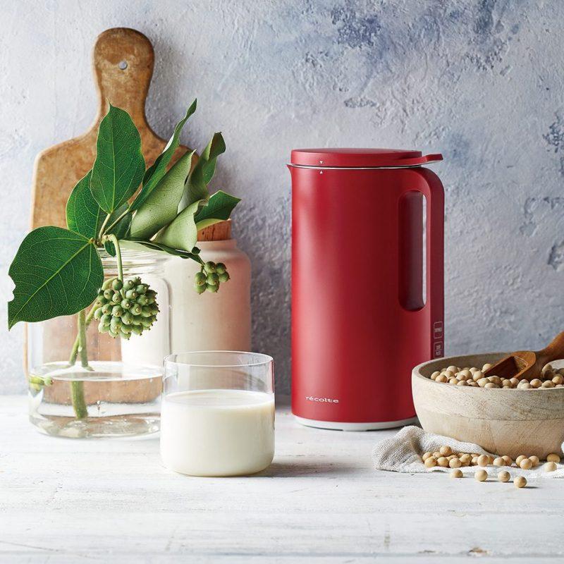レコルトの『ソイ&スープブレンダー』の赤の周りに大豆と豆乳などが置かれている