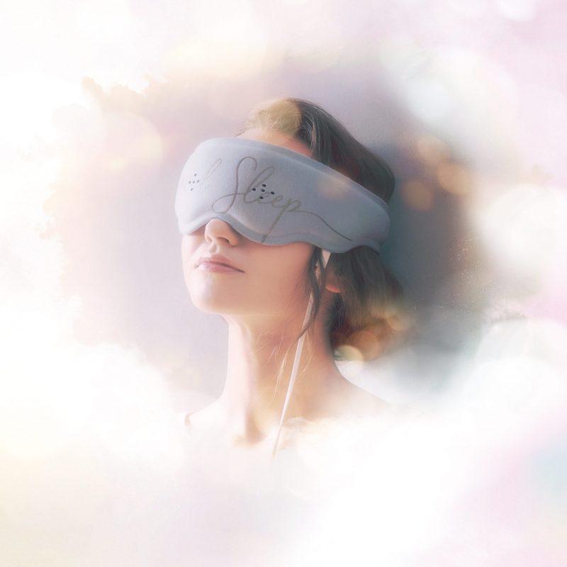 ルルド おやすみめめホット&EMSを装着している女性のイメージ写真