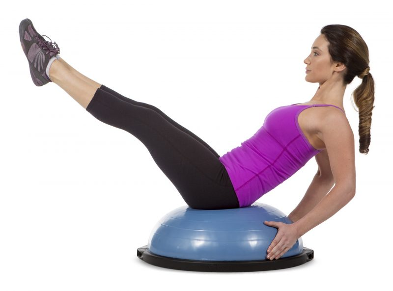 BOSU(ボス)バランストレーナー ホームバージョン 65cmを使ってエクササイズをしている女性