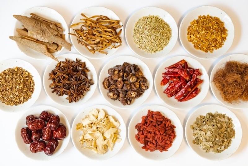 小皿にのった色々な生薬
