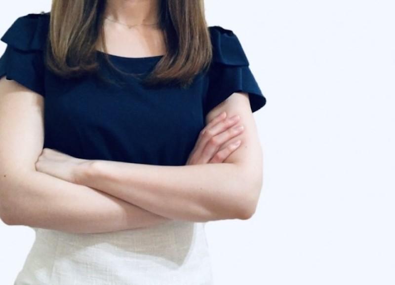 腕を組む女性