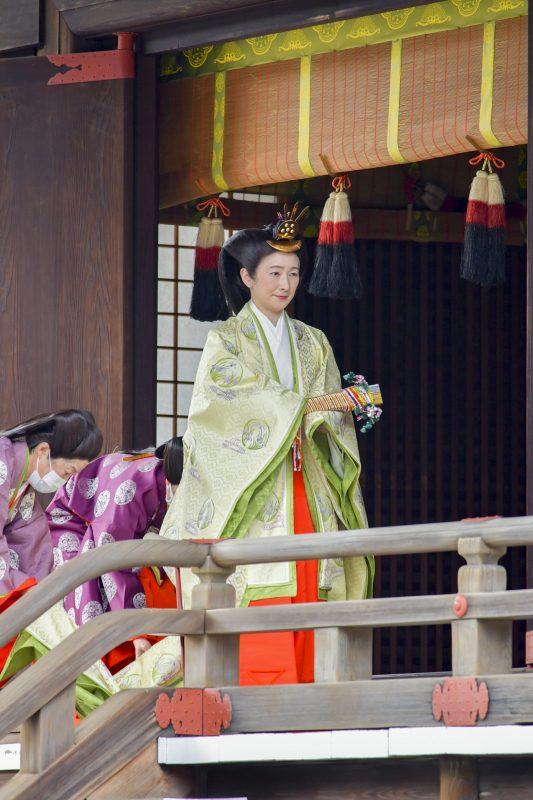 左右の側頭部のびんを大きく膨らませた「大垂髪」と呼ばれる独特な髪形で、小袿(こうちぎ)を羽織り、長袴(ながばかま)姿の紀子さま