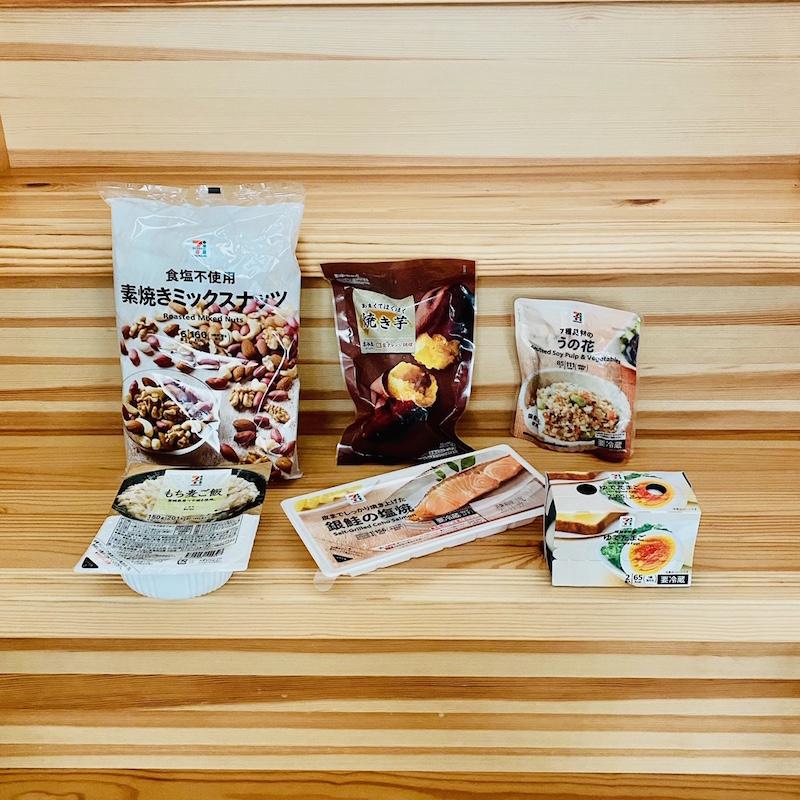 セブン−イレブンの6袋入り素焼きミックスナッツと冷凍の焼き芋と卯の花とゆで玉子2個入りと銀鮭の塩焼きともち麦パックごはん