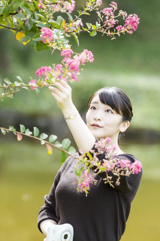 10月23日に29歳になられた眞子さまが木の花に手をかけているところ
