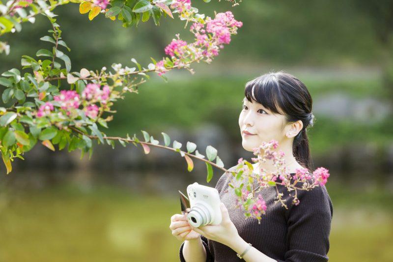 10月23日に29歳になられた眞子さまがカメラを手に、木に咲く花を見ていられるところ
