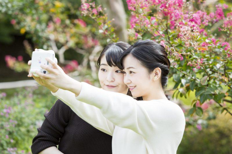 10月23日に29歳になられた眞子さまと佳子さまがカメラを持ちツーショットを撮っているところ