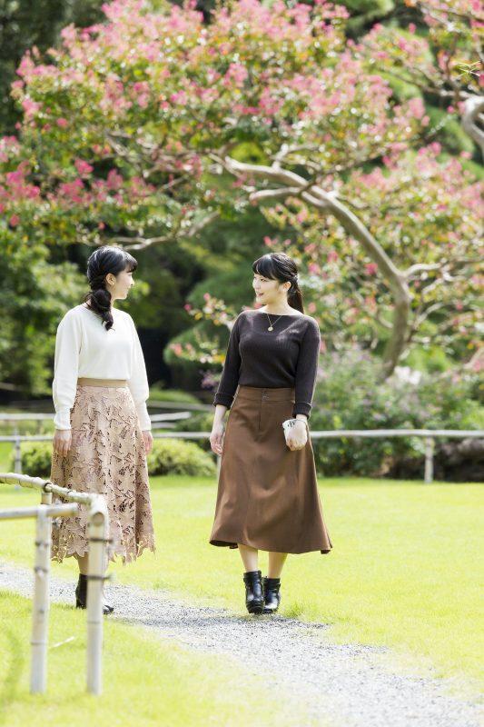 10月23日に29歳になられた眞子さまと佳子さまが庭園を歩いているところ
