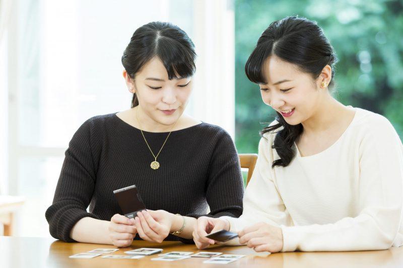 10月23日に29歳になられた眞子さまと佳子さまが撮ったお写真を見ているところ