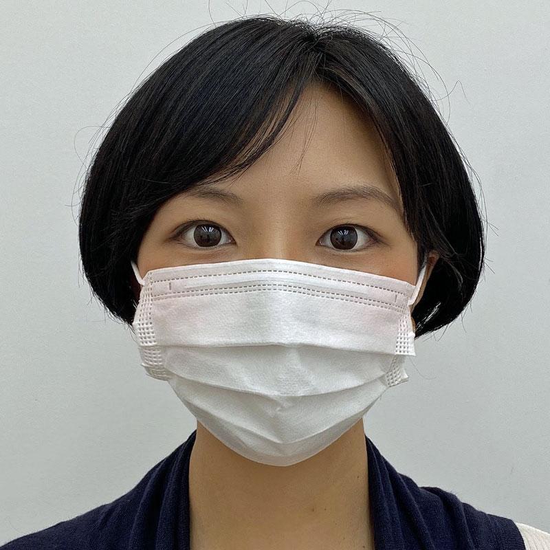 マスクをつけている30代女性