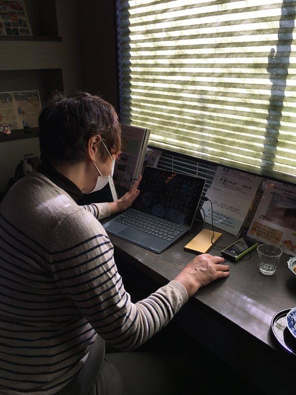 喫茶店で仕事をするオバ記者
