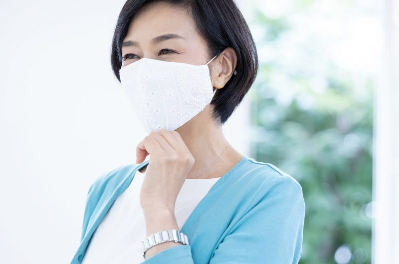 マスクをつけてにこやかな女性