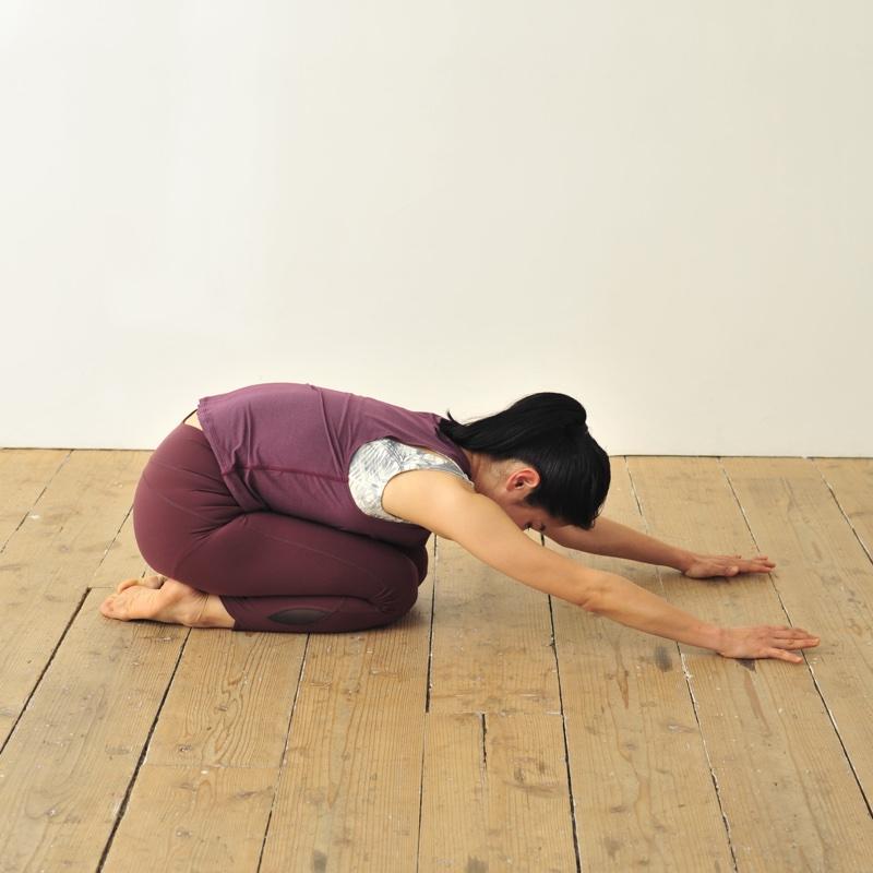 正座をして上体を倒し、腕を前に伸ばす