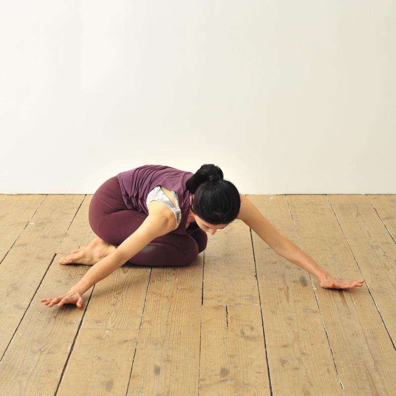 正座をして上体を倒し、前に伸ばした腕を右に歩かせる