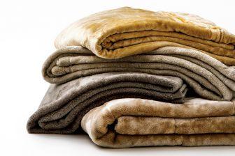 """""""あったか毛布""""が進化!ユニクロ、無印などおすすめ4社を比較…肌触り、軽さ、機能は?"""