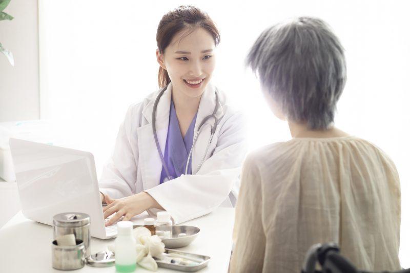 更年期に悩む女性が医師に診察してもらっている