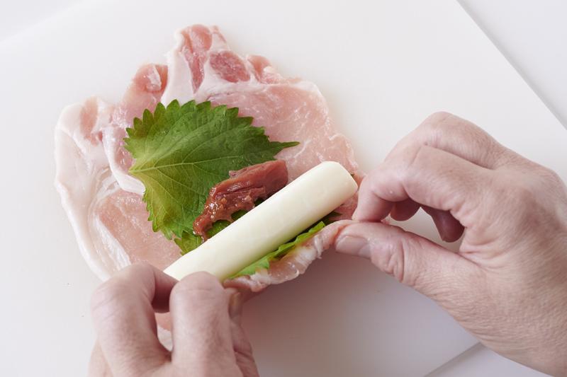 チーズを手前に置き、隙間なく巻いている
