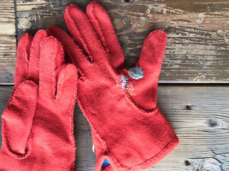 """""""すり切れ""""をかわいく補強した赤い手袋"""