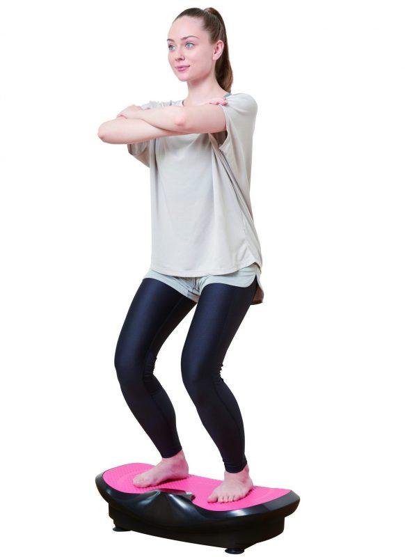 3Dスーパーブレードスマートに乗り、両膝を軽く曲げ、腕を組んでいる女性