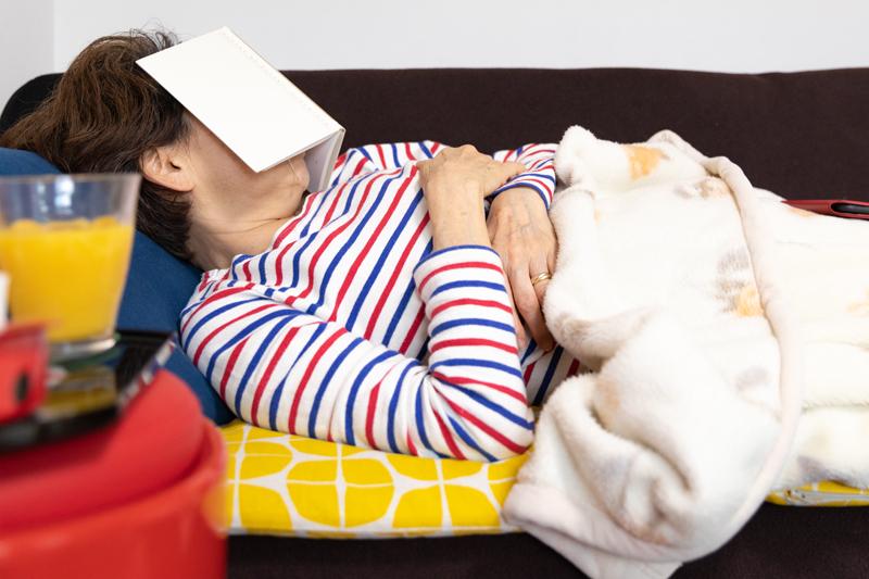 ソファで仮眠する女性