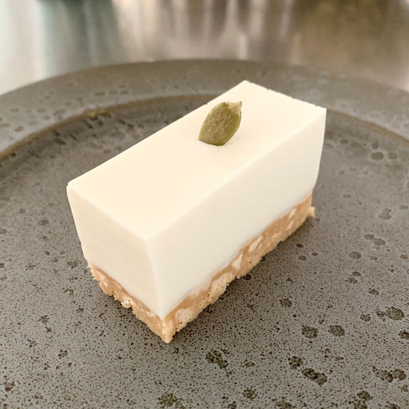 チーズを使わない、アーモンドミルクで作るヘルシースイーツ「アーモンドチーズケーキ」