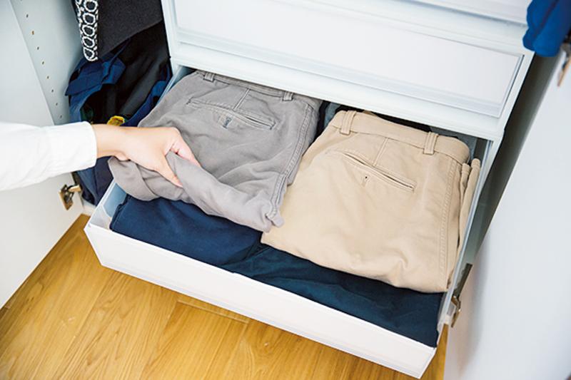 平積みされた洋服が引き出しに入っている