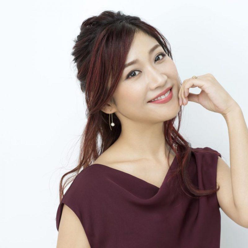 ボルドー色のノースリーブの洋服を着た美容家の瀬戸麻実さん