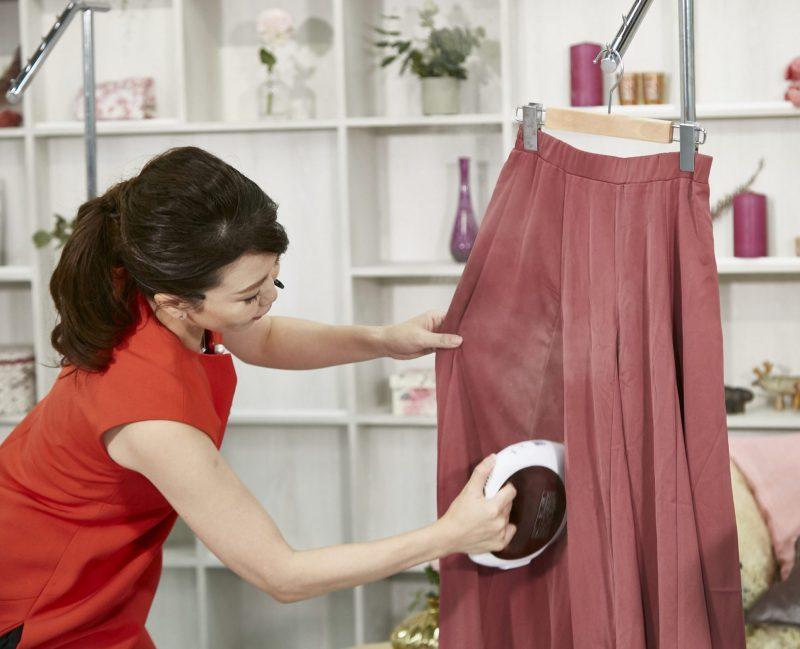 ティファール『スチーム シュシュ コードレス』を使ってスカートにアイロンをかける女性