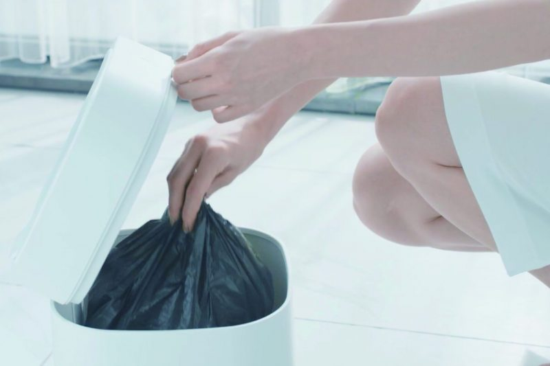 townew スマートトラッシュボックス T Air Xの中のゴミ袋をつまんでいる女性の手元