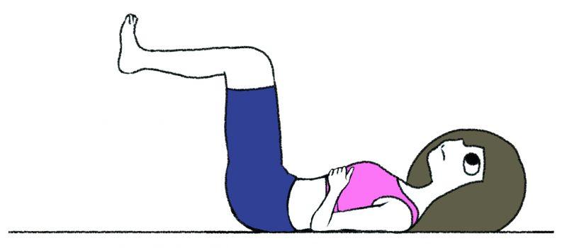 【1】 仰向けに寝て、脚を宙に浮かせて両手を肋骨の上に置く女性のイラスト