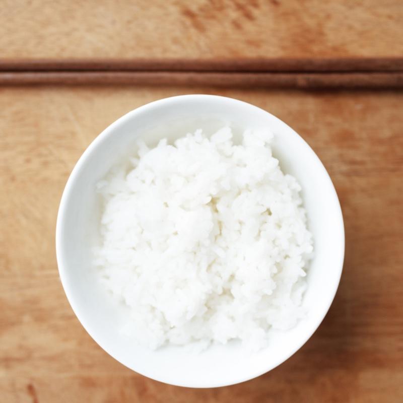 茶碗に盛った白米