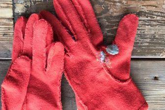 服の穴やシミを可愛くお直し!ダーニングがブーム|道具、基本のやり方、糸処理を解説
