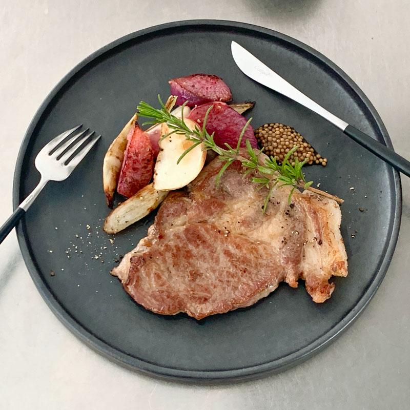 市橋有里がレシピ考案した「ポークソテー 根菜のハニージンジャー添え」