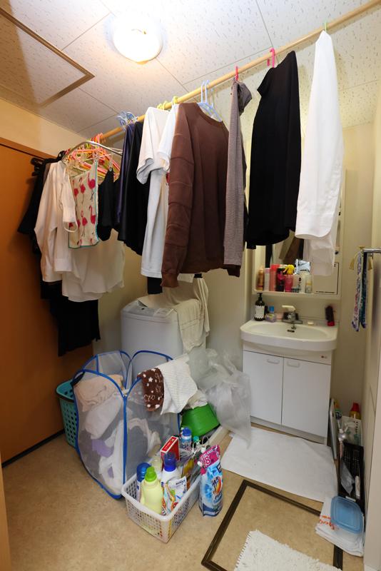 洗面所に洗濯物などがごちゃごちゃに置いてある